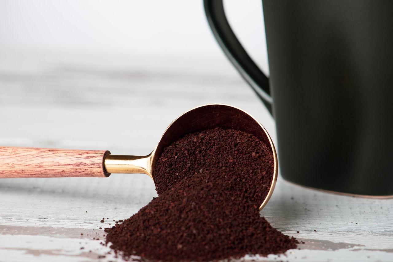 Malet kaffe i ett kaffemått