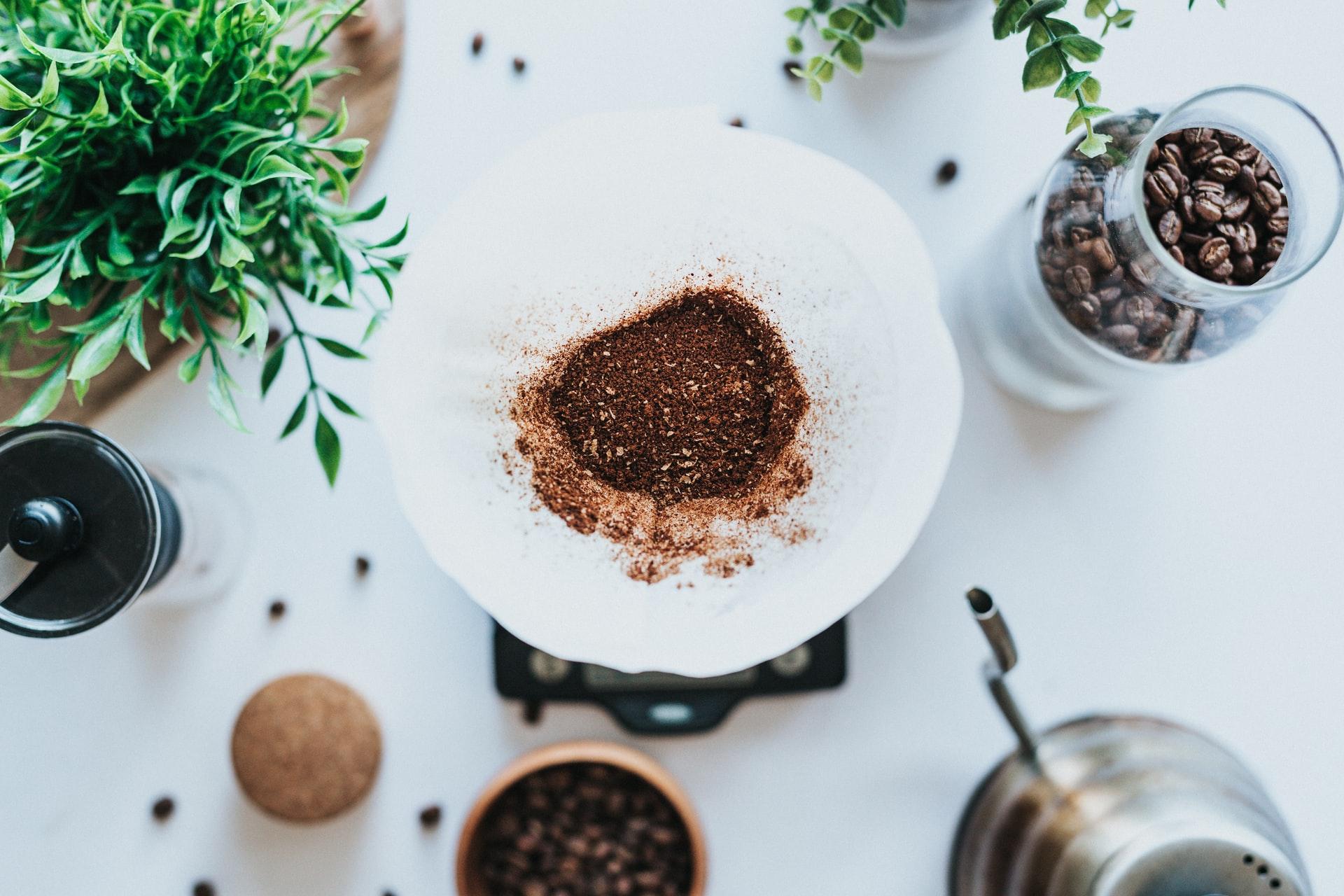 Kaffefilter med kaffe i